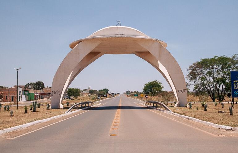 Águas Termais do Éden e Jardim de Maytrea - portal na entrada da cidade de Alto Paraíso