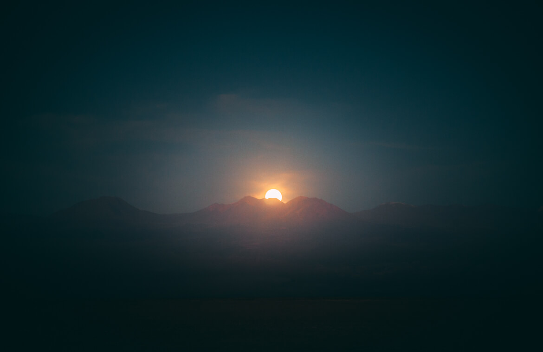 Lua nascendo no Deserto do Atacama (Tour Laguna Cejar)