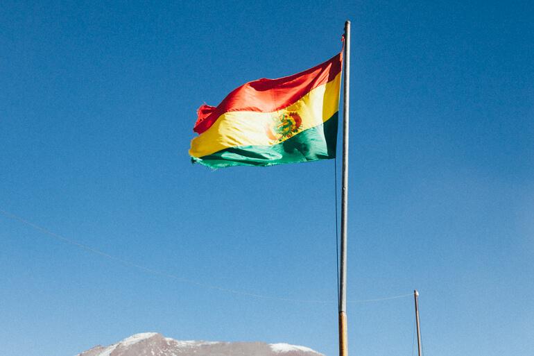 Salar de Uyuni, primeiro dia: Bandeira boliviana na fronteira