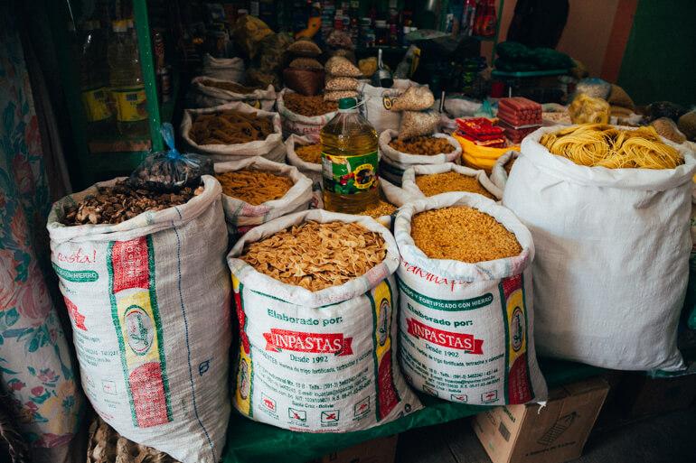 Variedades de alimentos no mercadinho de San Cristóbal