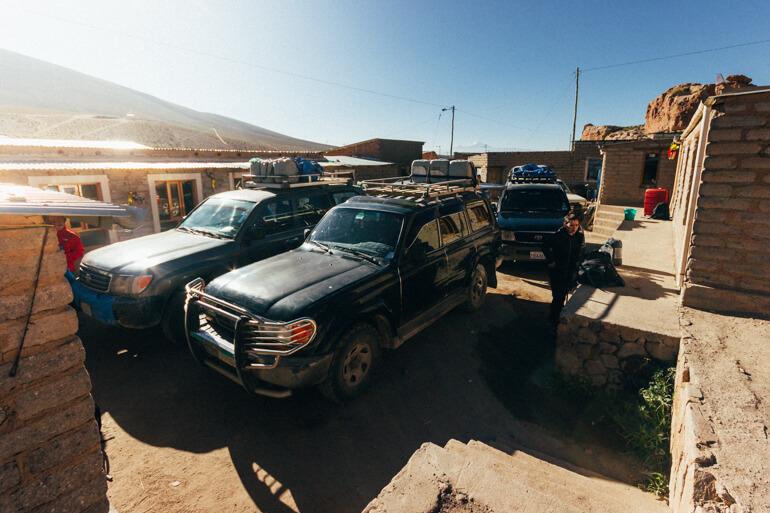 Veículos utilizados na travessia estacionados no refúgio