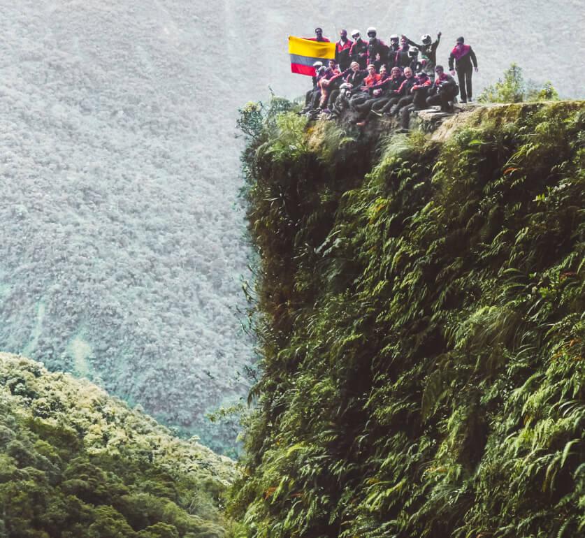 Estrada da Morte de bicicleta, Bolívia: foto no penhasco