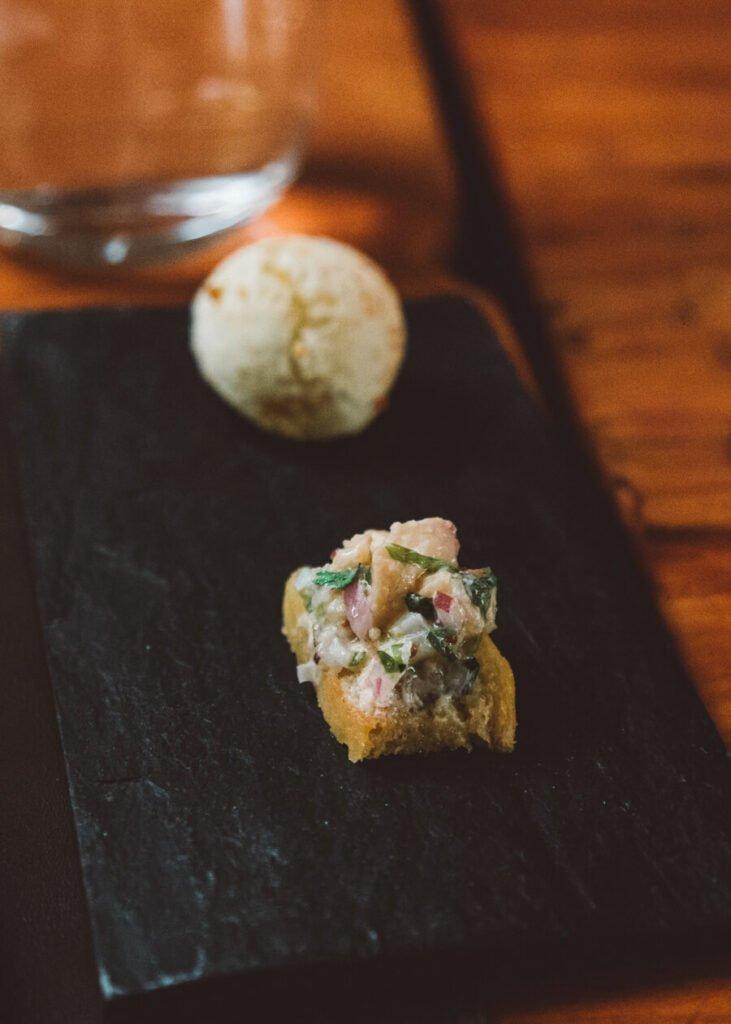 entradinhas – chipa recheada (nosso pão de queijo, só que paraguaio) e uma torradinha com algo parecido com ceviche