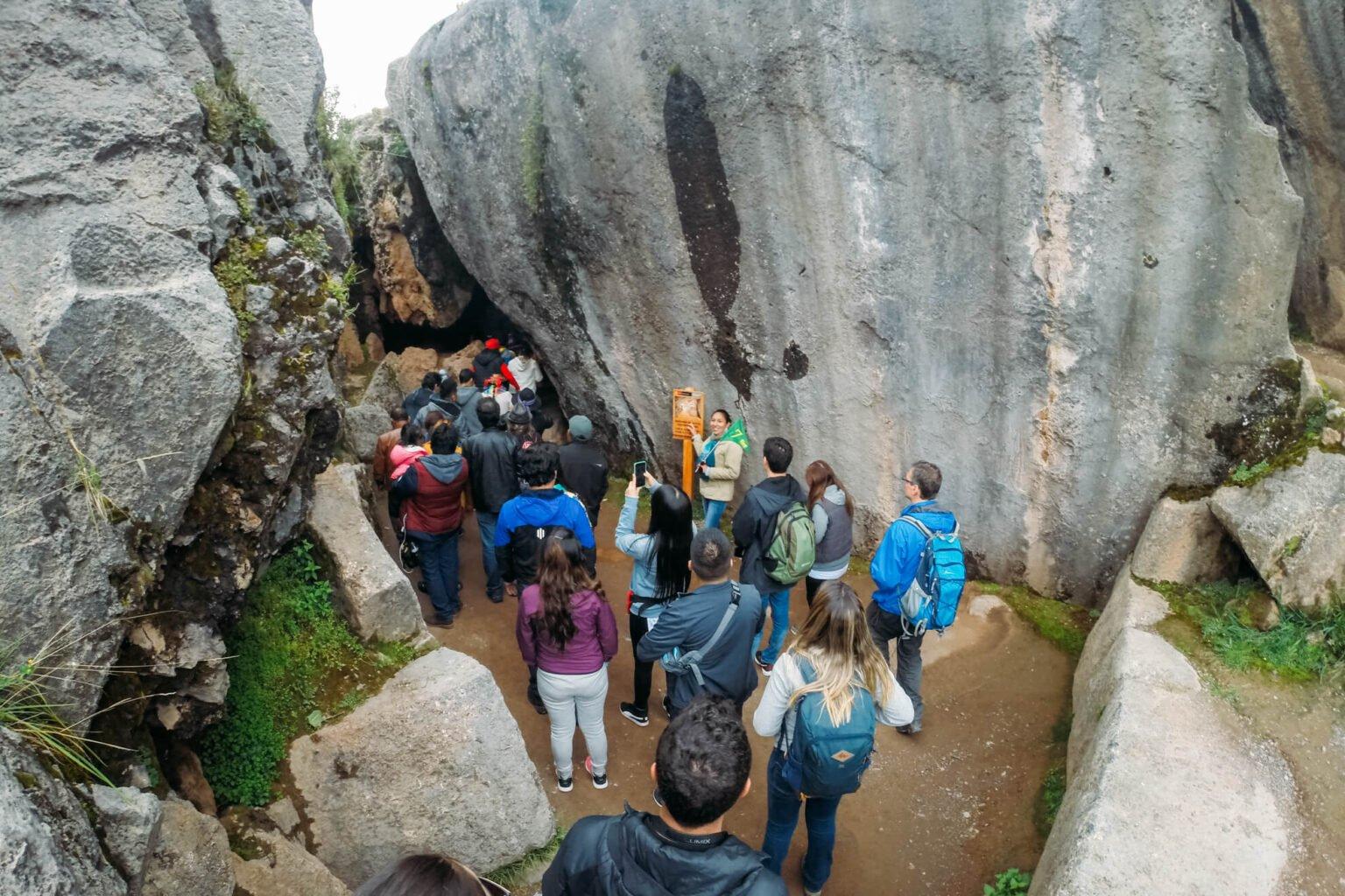 Qenqo: entrada do local onde eram realizados os rituais incas | City Tour em Cusco