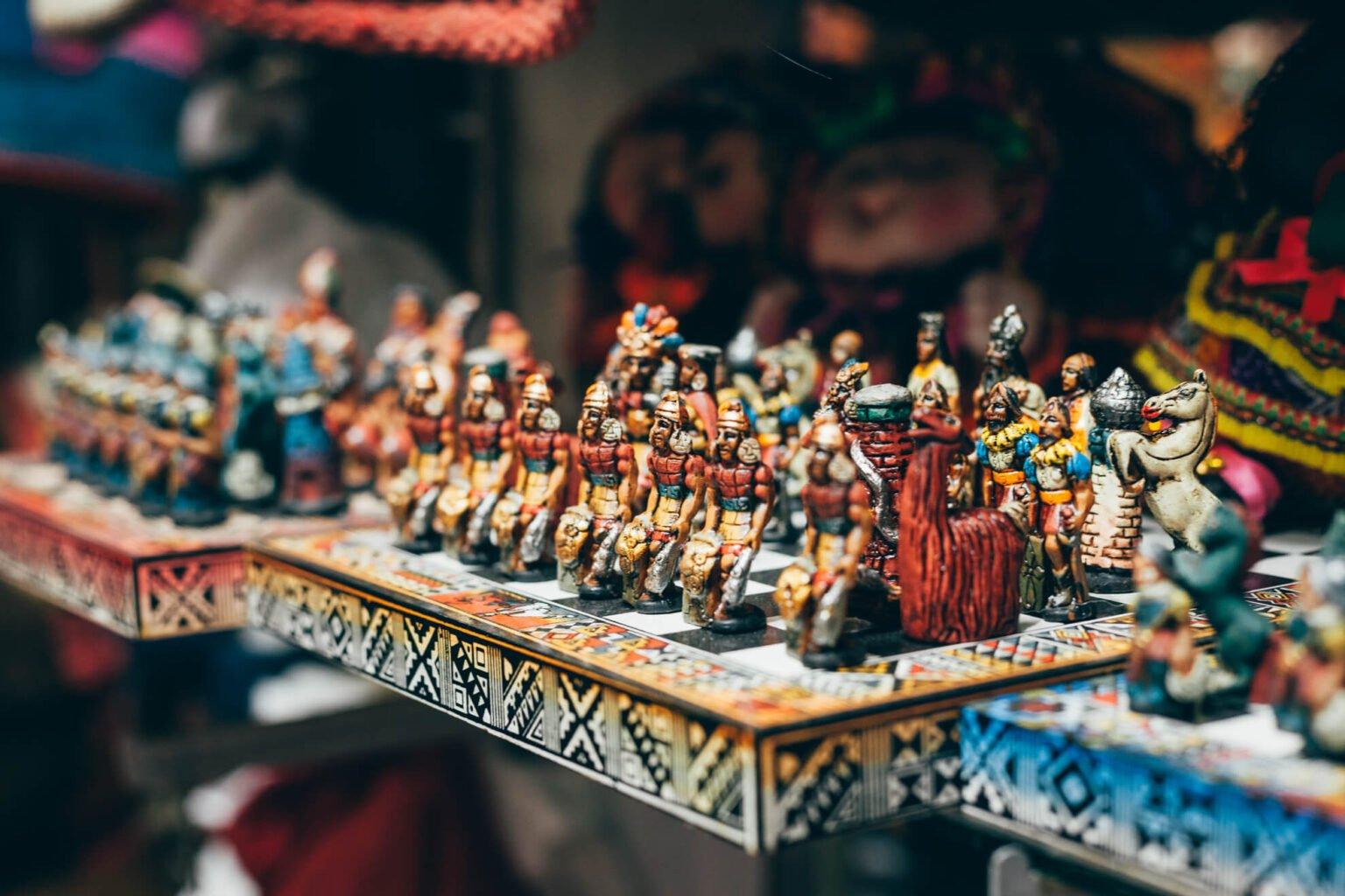 Esse tabuleiro de xadrez, que é vendido em todo lugar em Cusco, traz como peças os espanhóis e os incas.