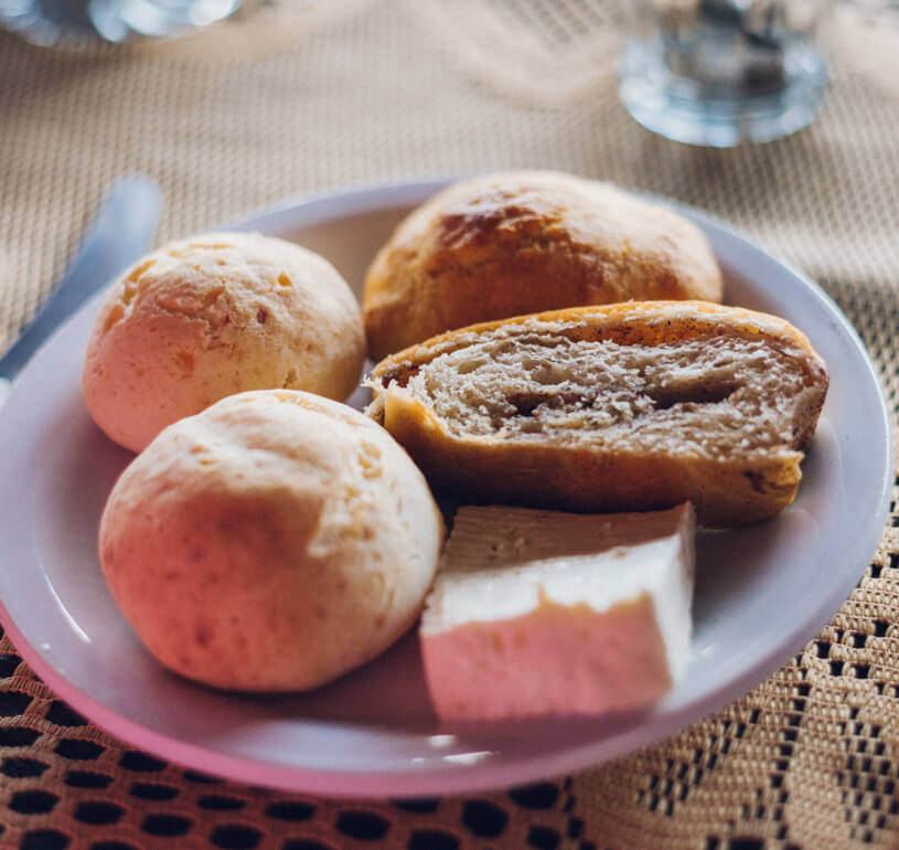 Café da manhã: queijo minas, pão de queijo e pão de canela