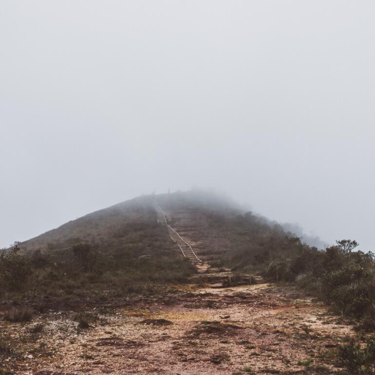 Pico do Pião encoberto pela neblina