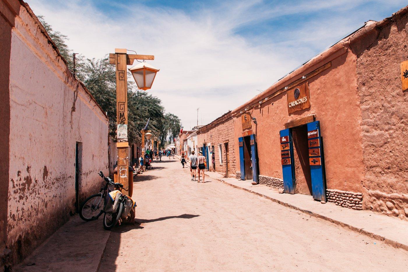 Calle Caracoles, a principal rua de San Pedro do Atacama