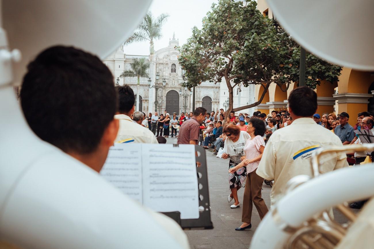 O que fazer em Lima, Peru: Mesmo em um dia de tensão, encontramos muita festa e alegria nas ruas de Lima