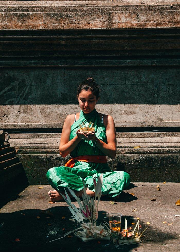 Templo Tirta Empul - Bali - Indonésia - momento de meditação antes de tomar o banho sagrado