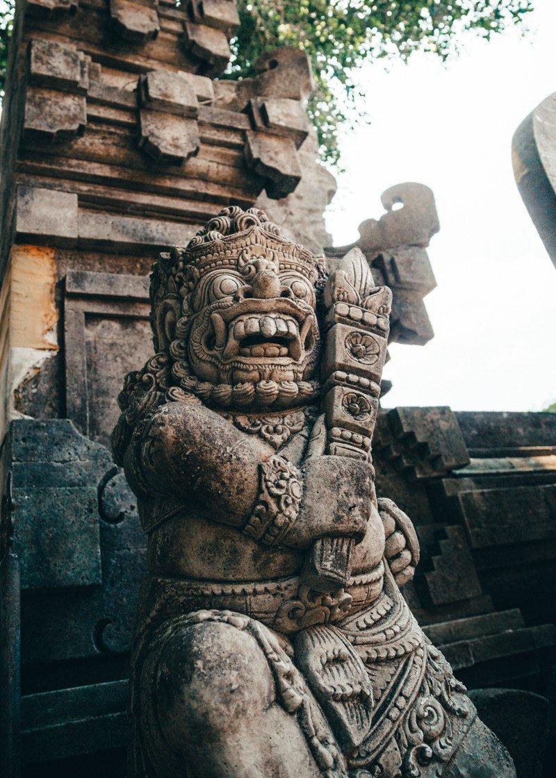 Estátua que guarda a entrada das piscinas do Purta Tirta Empul