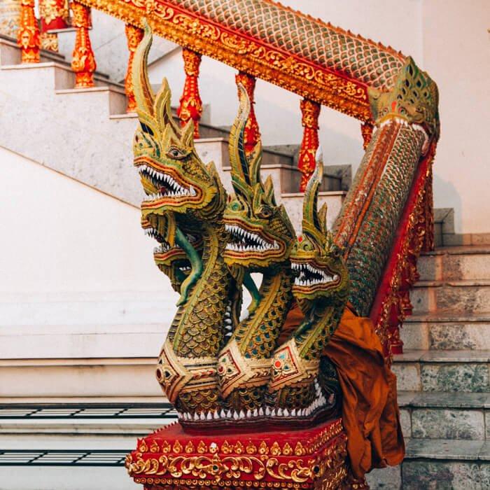 Chiang Mai, Tailândia - Detalhe das escadas de um templo
