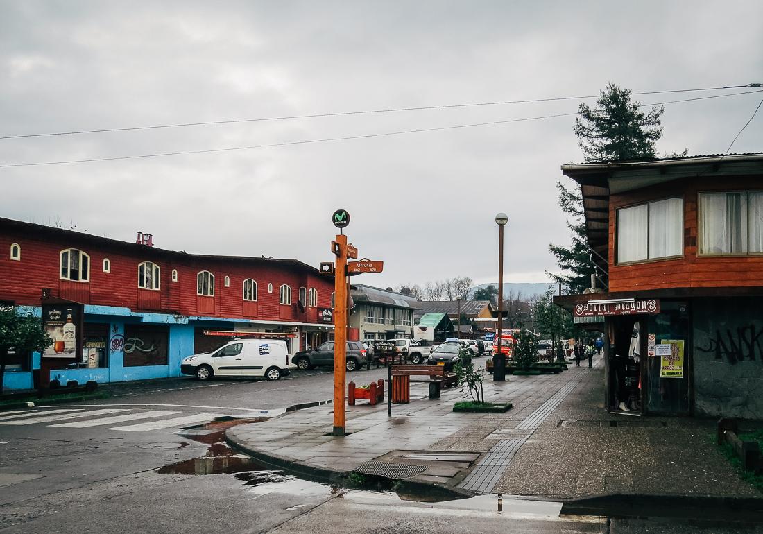 Rua de Pucón após uma chuva