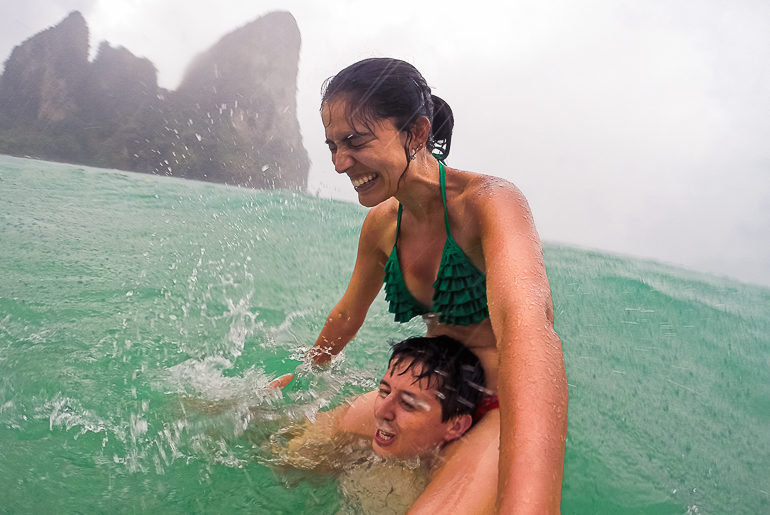 Tomando um banho de mar na chuva em Railay Beach