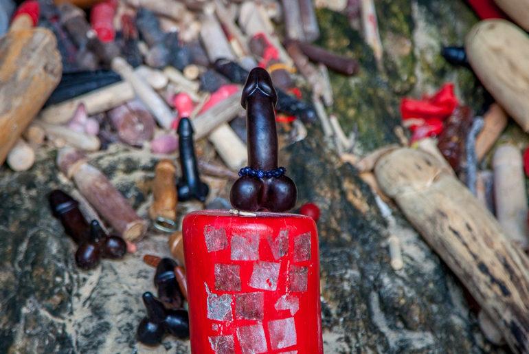 Objeto fálico dado como oferenda para o espírito de uma princesa em Phra Nang Beach