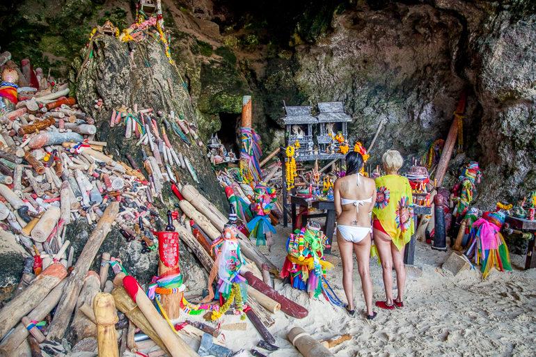 Caverna em Phra Nang Beach com esculturas de pênis como oferenda