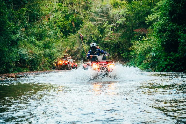 Passando dentro de um riacho da região.