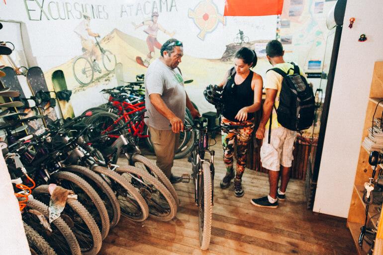 Alugando as bikes na Excursiones Atacama - Pukara de Quitor