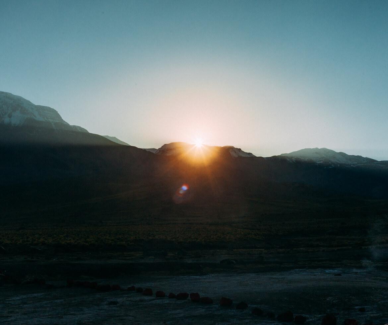 Geysers el Tatio - sol nascendo nos Geyseres