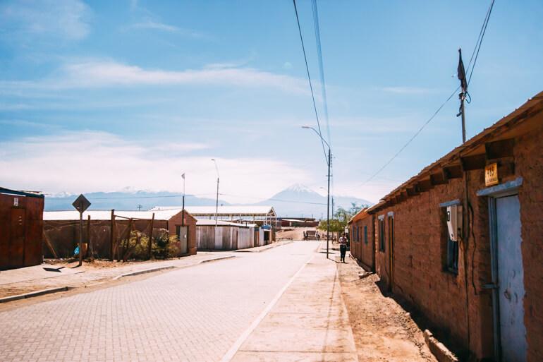 Vulcões Licancabur e Juriques visto da rua do Hostel