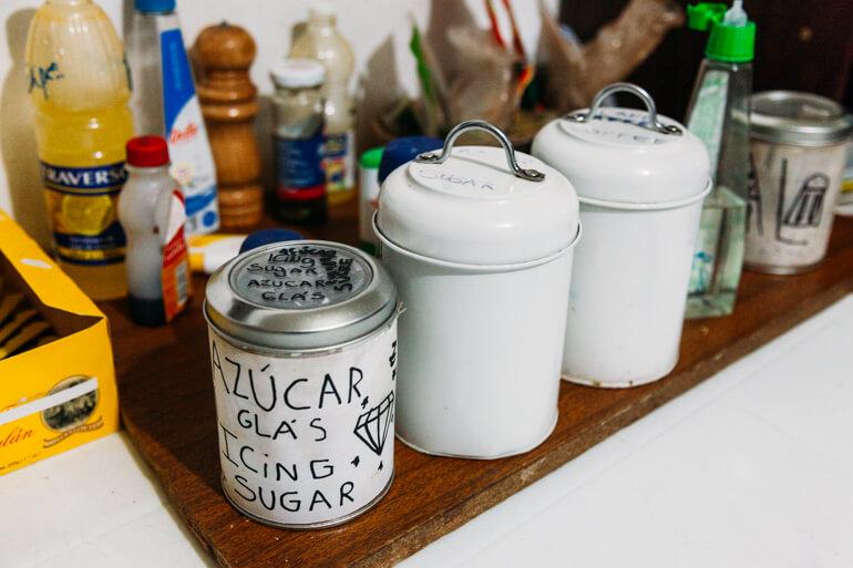 Alguns itens disponibilizados de graça para os hóspedes no Hostal Laskar