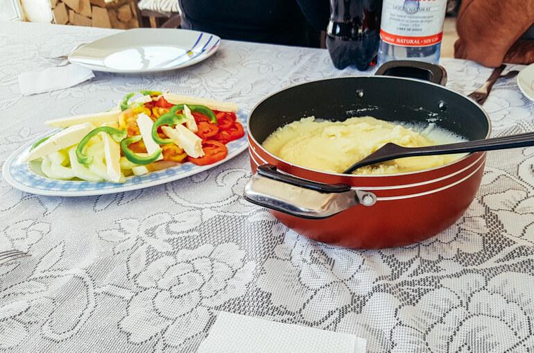 Purê de batatas + tomates + queijo + pimentão   Viajando na Janela