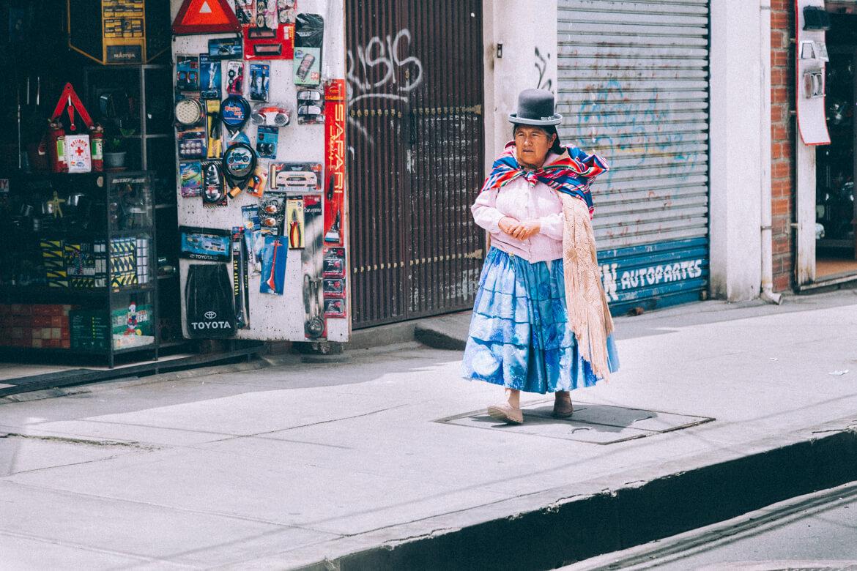 As cholitas são mulheres bolivianas que utilizam uma roupa típica que mistura a cultura espanhola com seus antecedentes andinos. Pollera (espécie de saia), ponchos bem coloridos, meias e um chapéu-coco são os seus trajes. Em La Paz, elas estão por todos os lados.