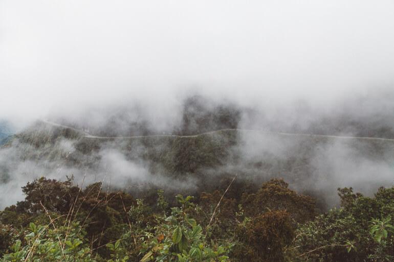 Estrada da Morte, Bolívia: estrada entre neblina
