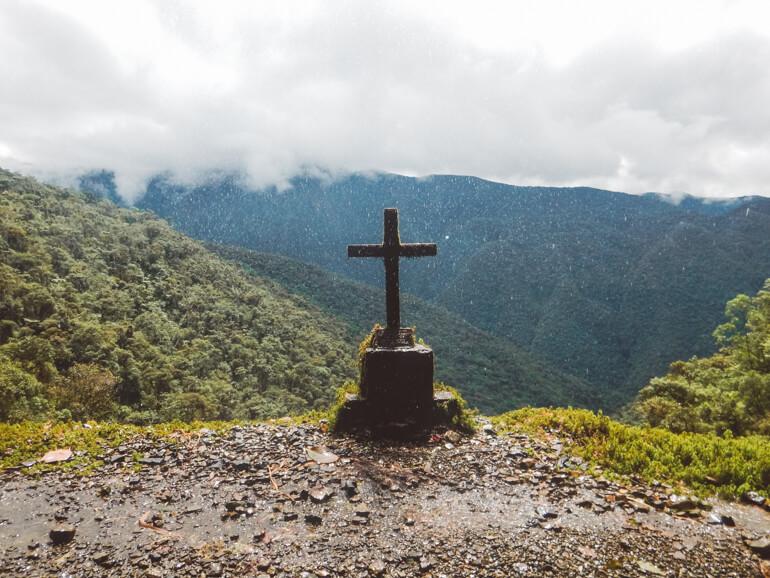 Estrada da Morte, Bolívia: cruz na beira da estrada