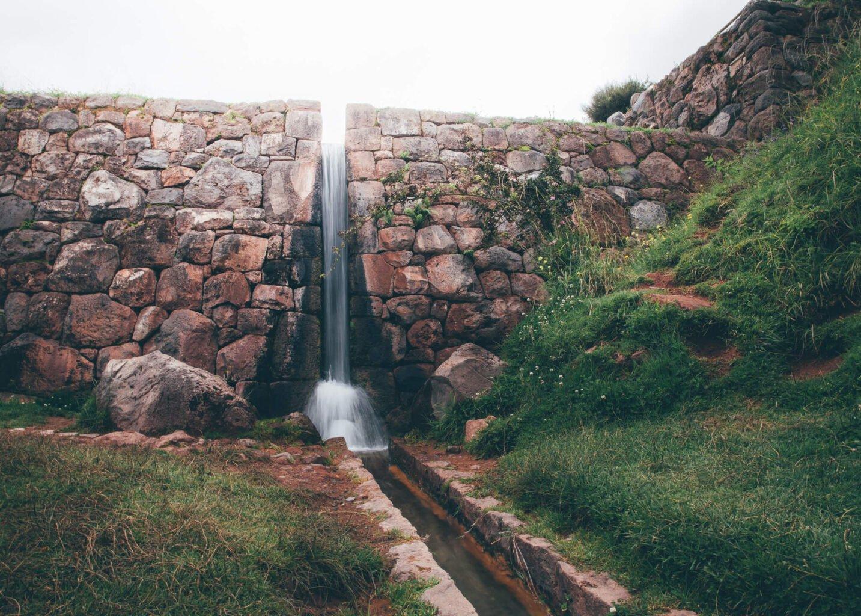 Canal de irrigação inca em Tipón