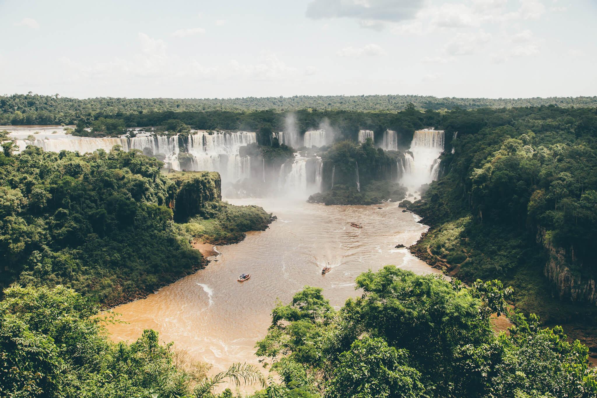 Barcos do Macuco Safari navegando no Rio Iguaçu