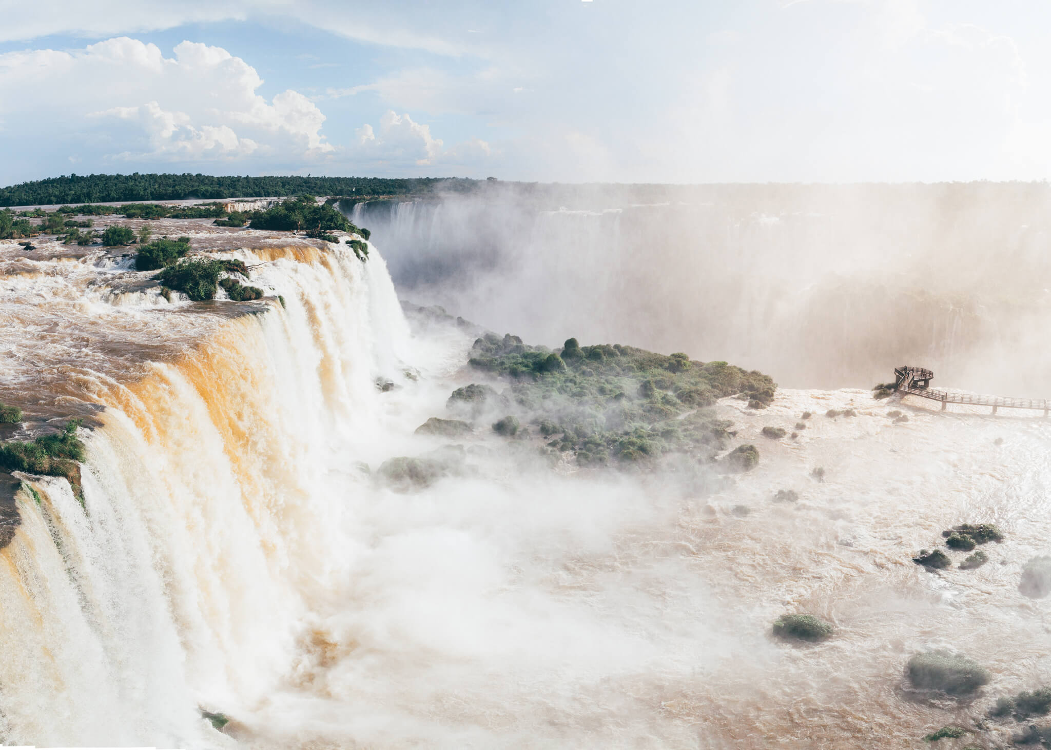 Observe do lado direito da imagem, bem pequeninho, o mirante e a plataforma das Cataratas do Iguaçu