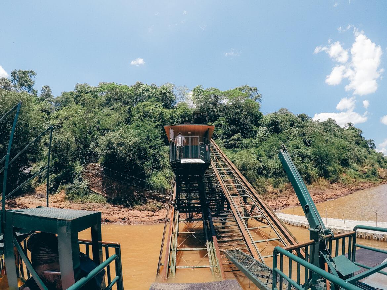 Funicular que leva até a plataforma de embarque