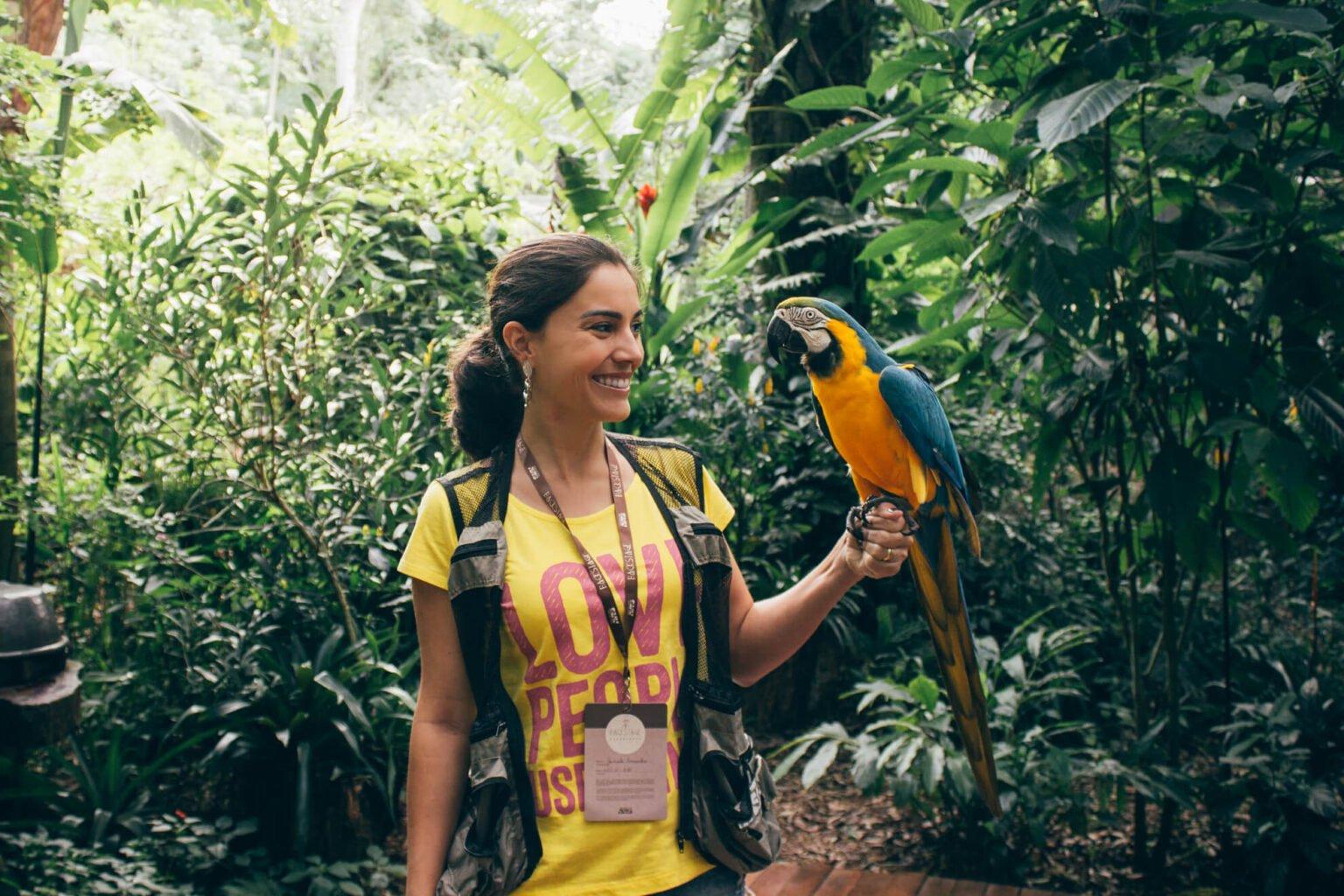 Um dos momentos mais emocionantes do Backstage: a foto com a arara - Backstage Experience, Parque das Aves