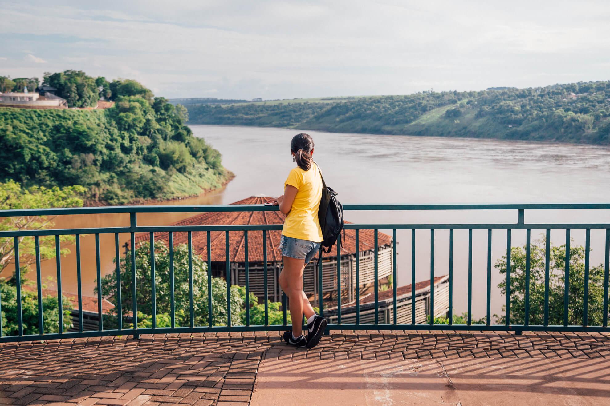 Vista do mirante. Argentina à esquerda do rio, e o Paraguai na margem direita.