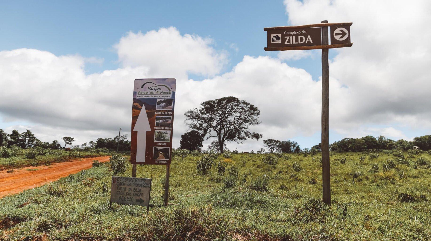 Cuidado para não errar a entrada do Parque Serra do Moleque. A placa é menor e diferente da placa que indica  a direção para o Complexo da Zilda.