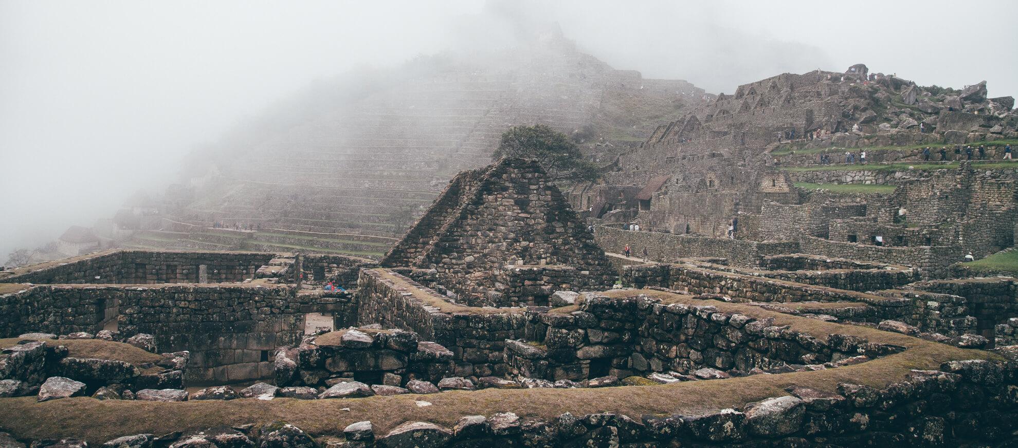 Vista de Machu Picchu encoberta por núvens