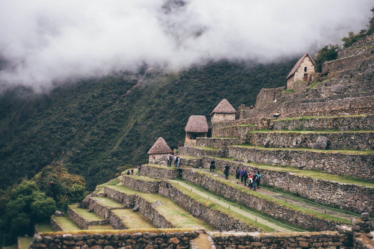 Turistas explorando Machu Picchu