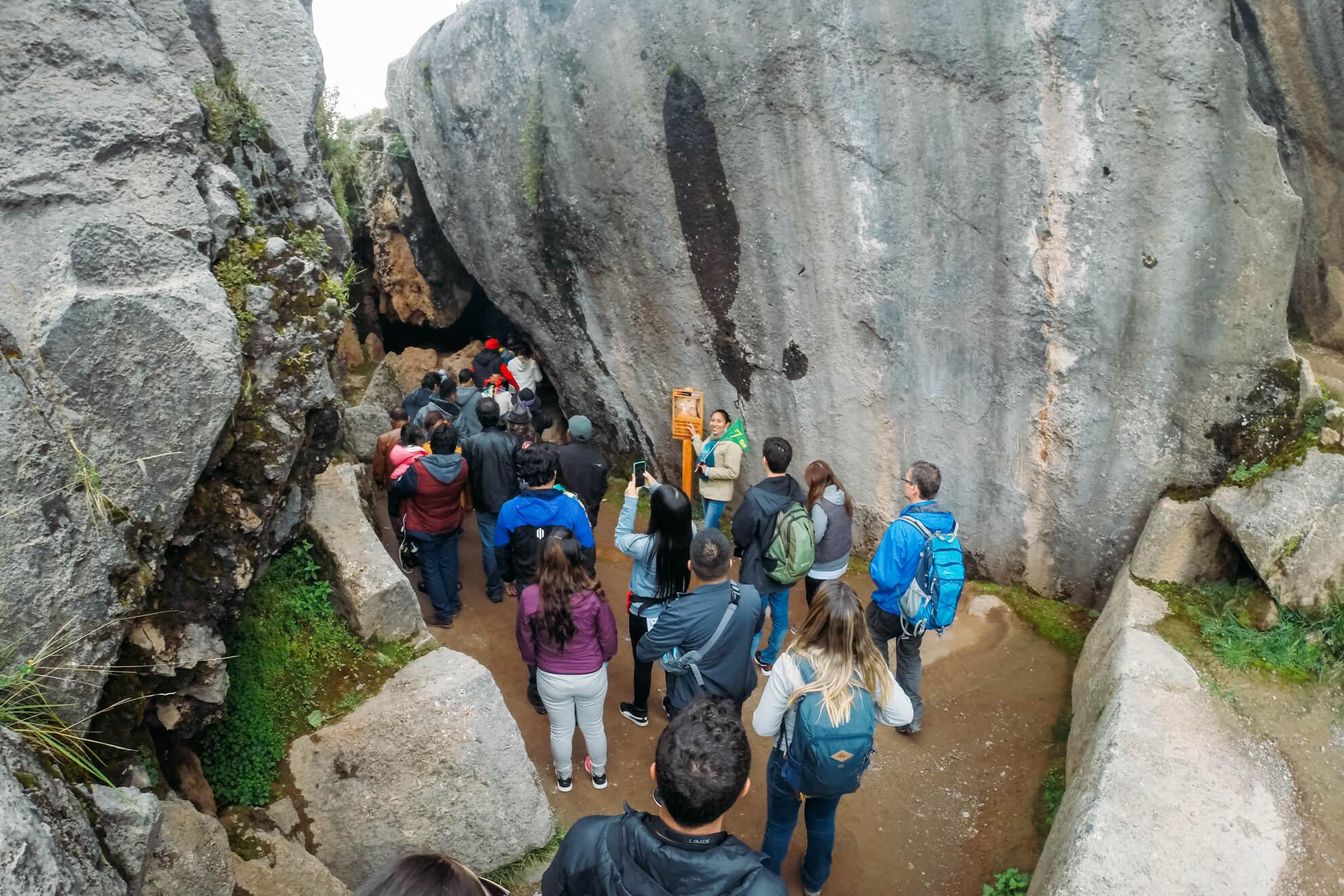 Qenqo: entrada do local onde eram realizados os rituais incas   City Tour em Cusco