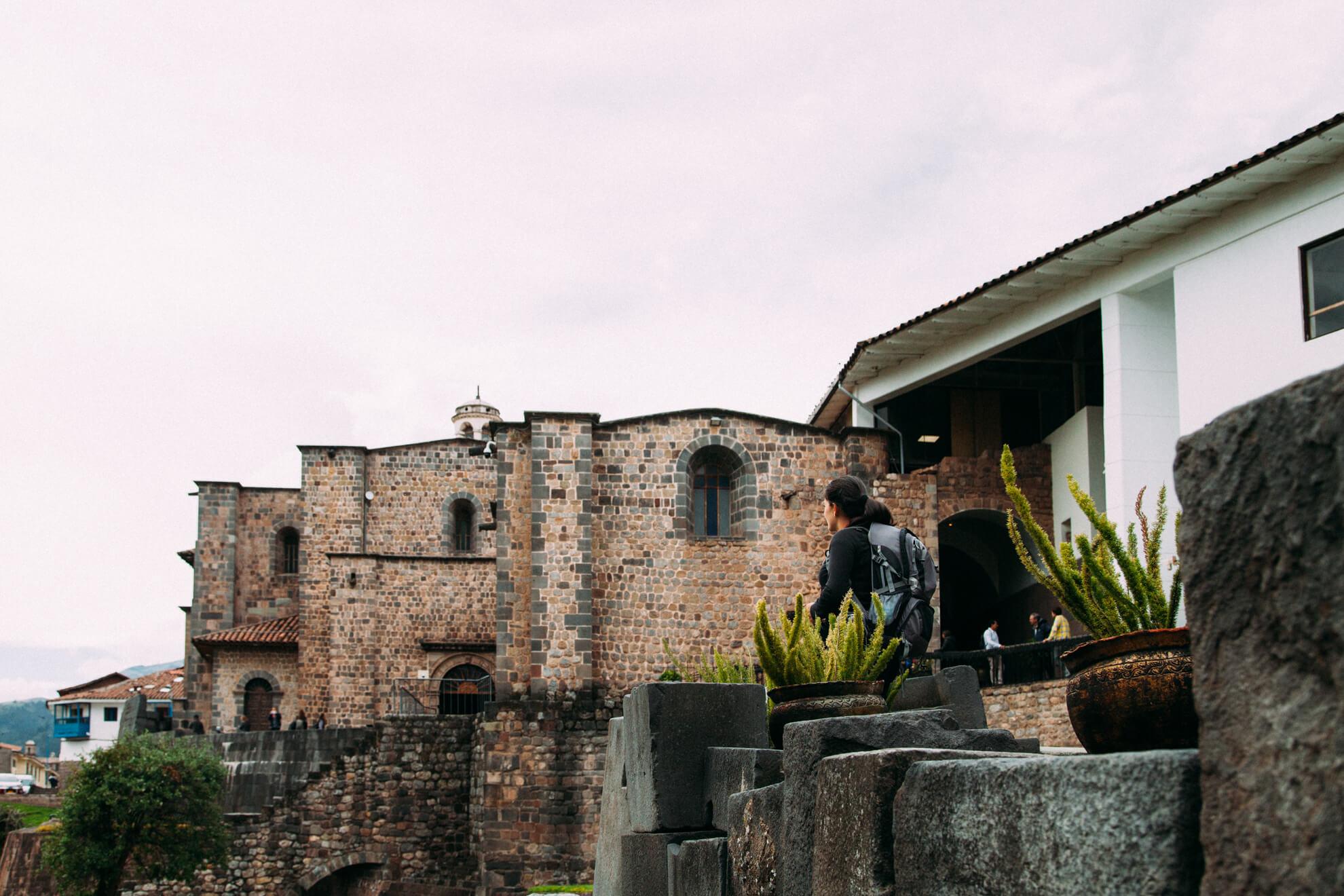 Parte externa, onde estão os jardins de Qorikancha   City Tour em Cusco