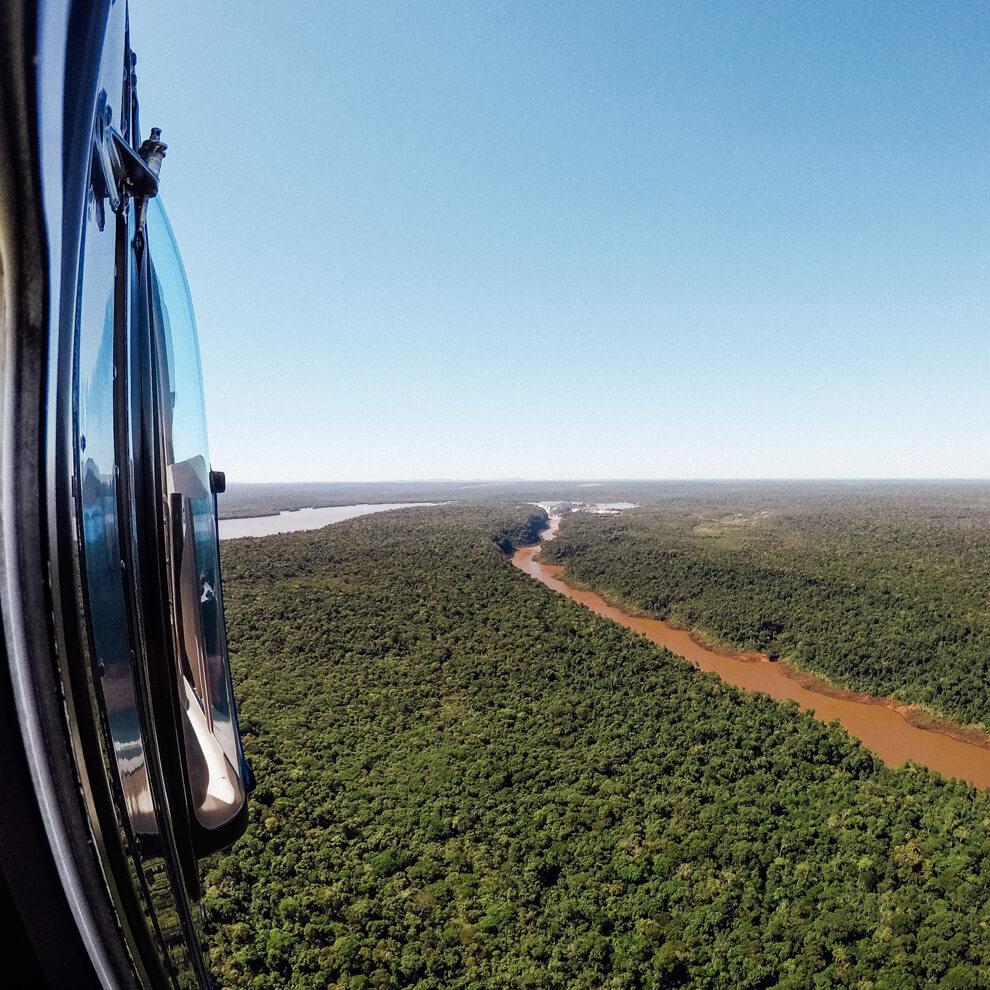 Rio Iguaçu visto do passeio de helicóptero
