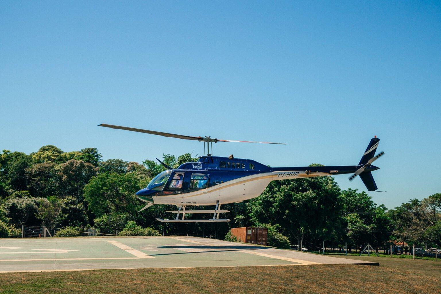Helicóptero levantando voo em direção às Cataratas