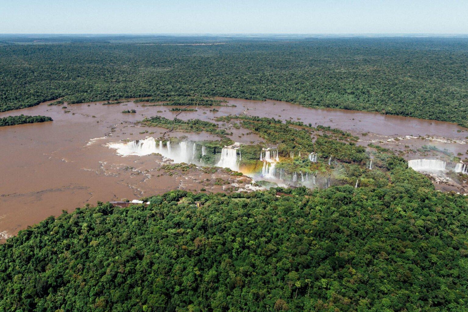 Arco-íris se formando na queda das Cataratas do Iguaçu | Passeio de helicóptero em Foz do Iguaçu