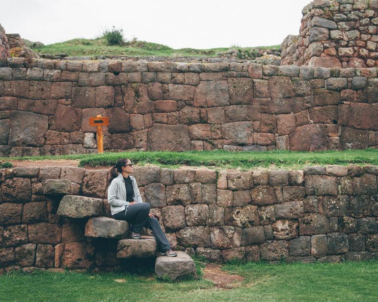 Escadas e paredes feitas com pedras perfeitamente encaixadas