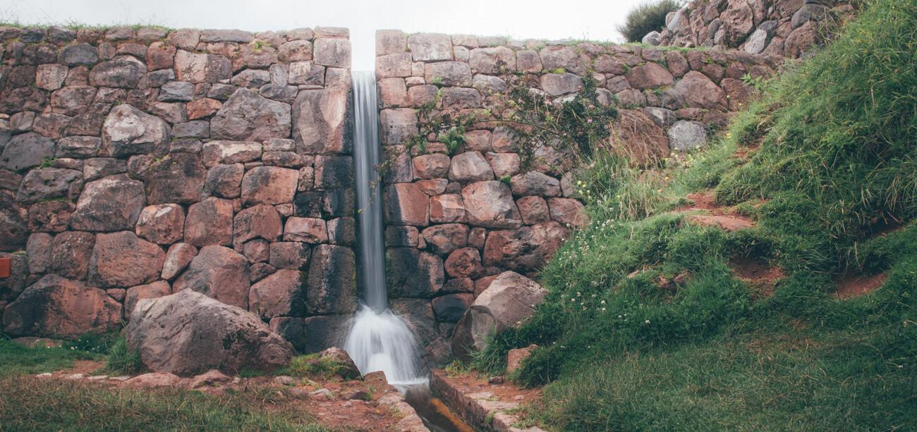 Um dos vários canais de água de Tipón