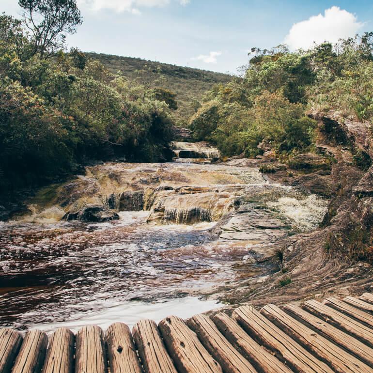 Ponte de madeira que fica próximo à Prainha