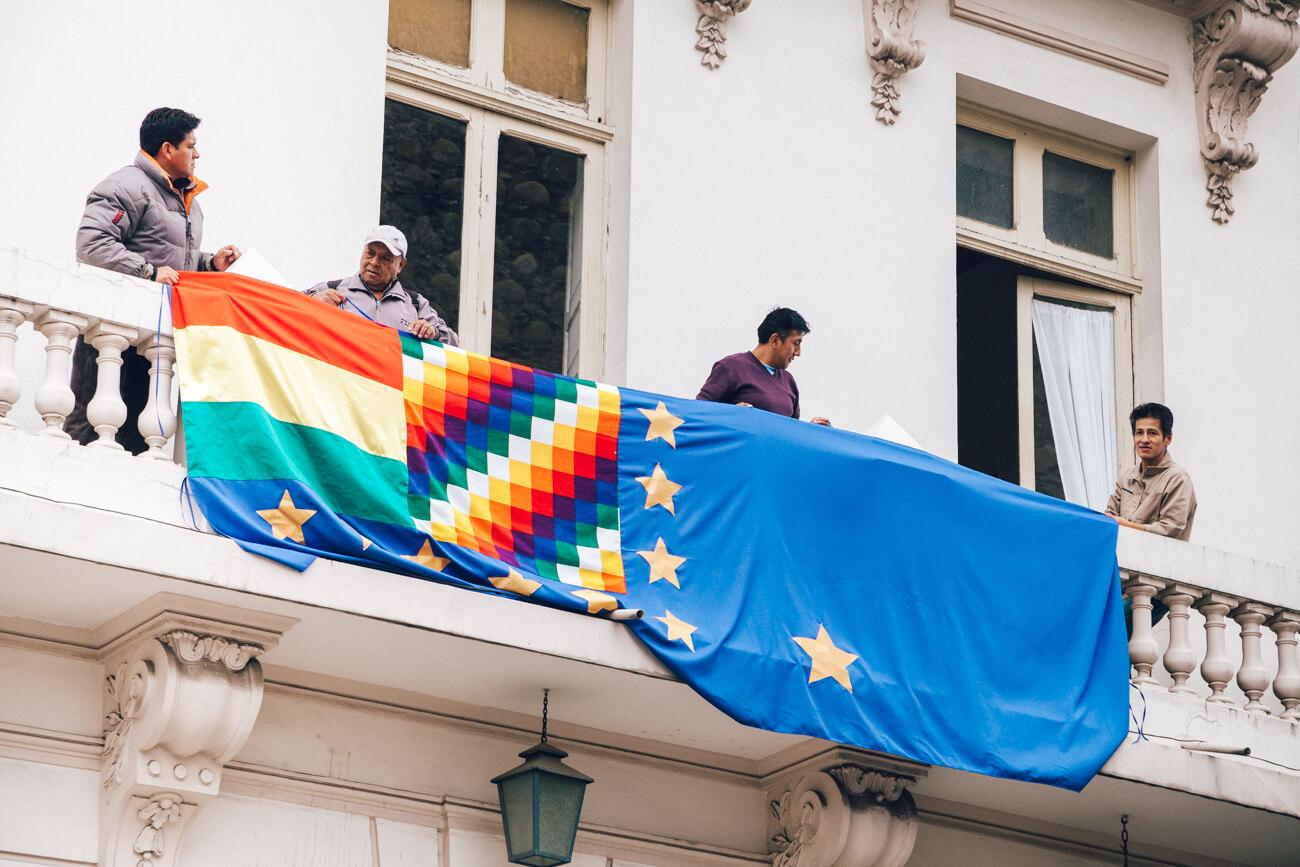 La Paz, Bolívia - bandeiras na sacada de um prédio do governo