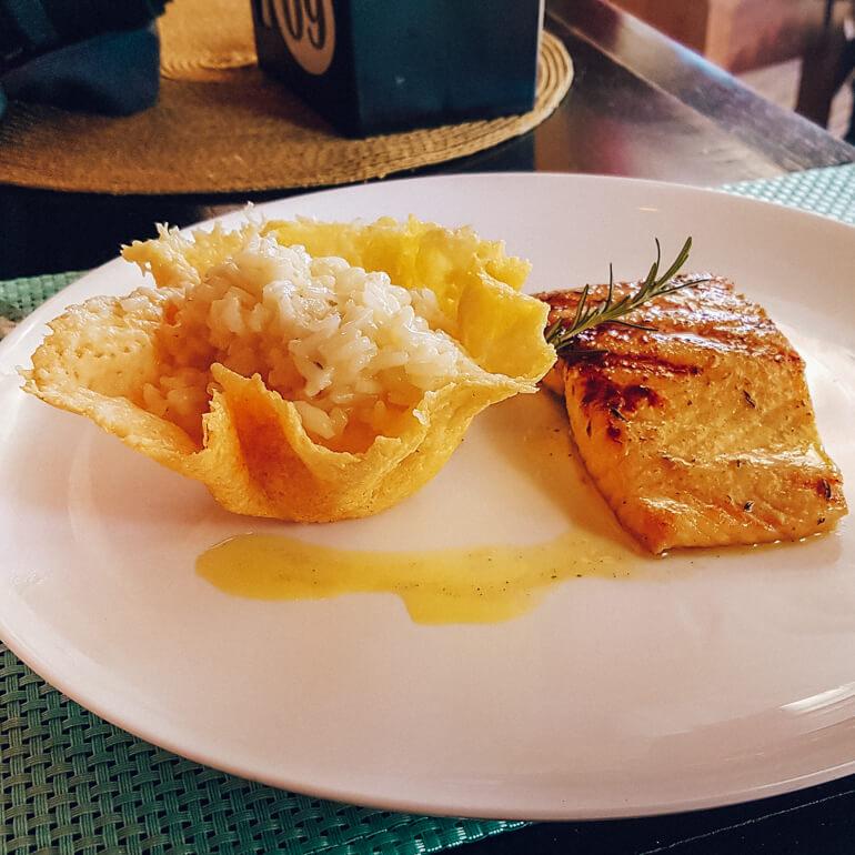 Risoto de limão na cestinha de parmesão e salmão