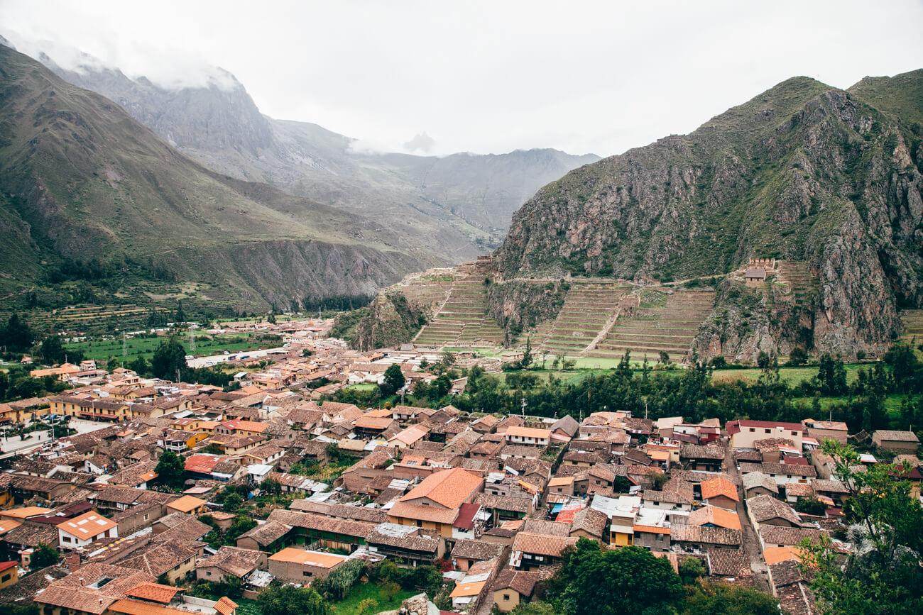 Cidade de Ollantaytambo. Na montanha, o sítio arqueológico. (Tour Vale Sagrado dos Incas)