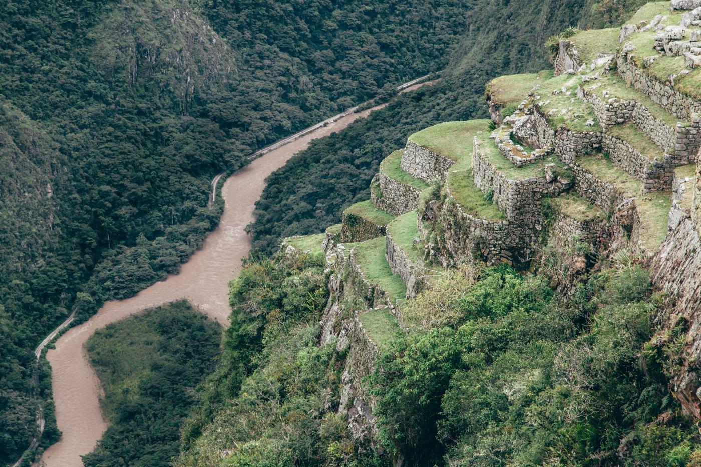 Vista do Rio Urubamba (repare que ao lado do rio existe um trilho de trem)